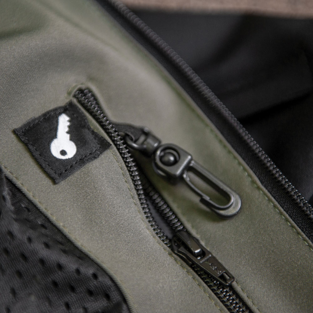 INTERNAL ZIPPERED POCKET WITH KEY CLIP
